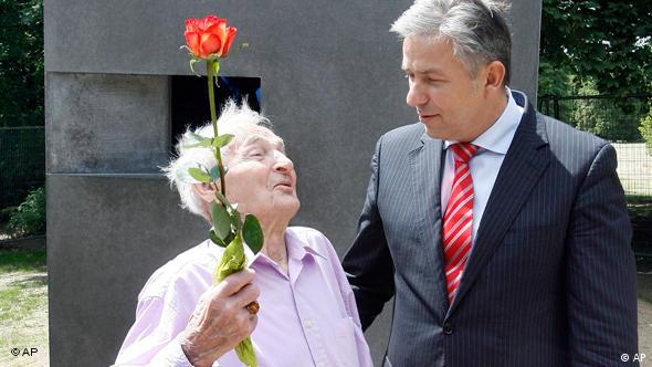 Brazda (l.) with Klaus Wowereit at the memorial in Berlin