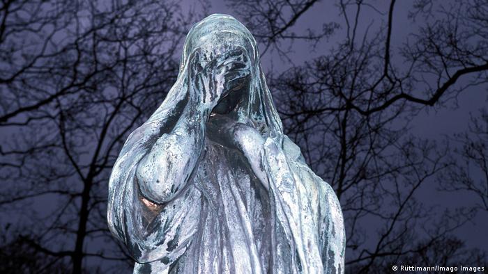 Escultura en el cementerio Pere Lachaise de Paris