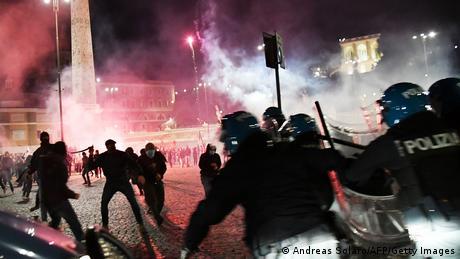 Baklje i topovski udari, razbijene glave i hapšenja… tako je izgledao rimski Trg naroda u noći sa subote na nedelju. Kako prenose mediji, dvestotinak radikalnih desničara nasilno je protestovalo protiv uvođenja policijskog časa. Prethodne noći slično je bilo u Napulju. Italija beleži najveći broj zaraza od početka pandemije te je u više regiona uvedena zabrana kretanja od ponoći do pet ujutru.