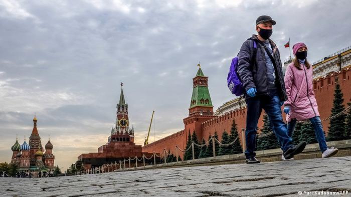 Прохожие в масках на Красной площади в Москве