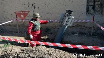 Офицер азербайджанской армии демонстрирует ракету Смерч под городом Гянджи, которая, судя по данным Минобороны Азербайджана, прилетела из Армении