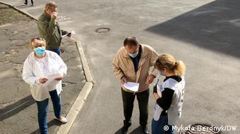 Волонтери на виході з виборчих дільниць опитують громадян