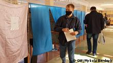 Чоловіки біля кабінок для голосування під час місцевих виборів у Києві, фото 25 жовтня 2020 року