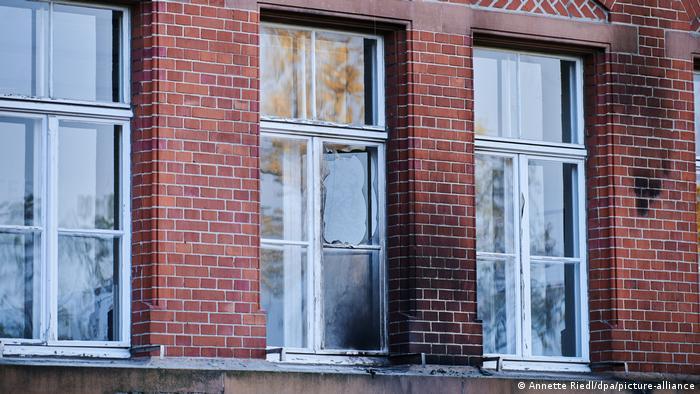 Janelas quebrada e fachada queimada de prédio do RKI em Berlim