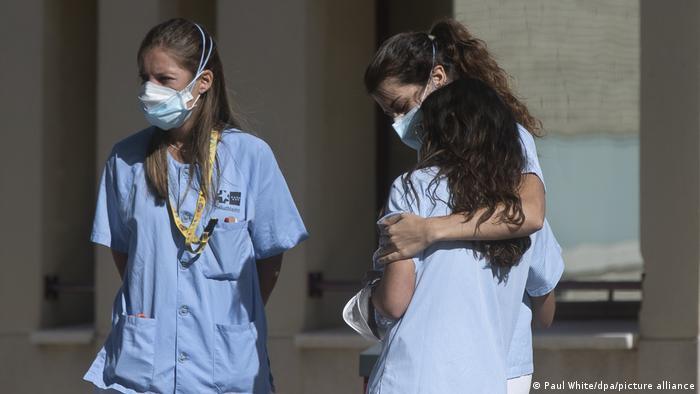 Медсестры отделения для коронавирусных больных в больнице Мадрида