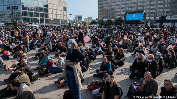 Berlin'de düzenlenen koronavirüs tedbirlerine karşı gösteriden bir kare