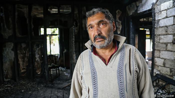 إيغار فارزلييف في منزله المحترق