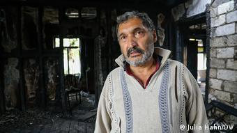 Ilgar Farzaliyev in his burned-out house (Julia Hahn/DW)