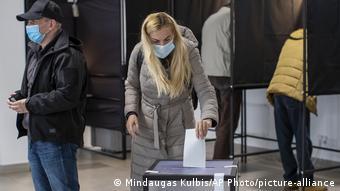 Parlamentswahl in Litauen - Zweite Runde (Mindaugas Kulbis/AP Photo/picture-alliance)