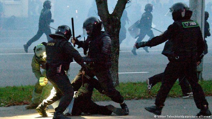 Белорусские омоновцы избивают человека