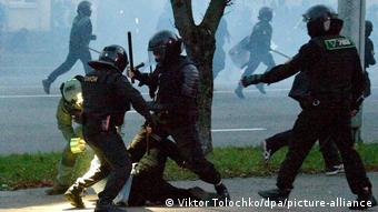 ОМОНовцы избивают участника демонстрации