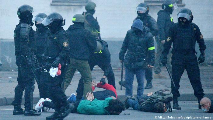 Силовики и мирные протестующие в Беларуси