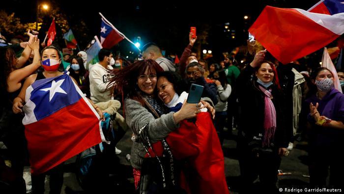 Em Valparaíso, chilenos comemoram resultado de plebiscito sobre nova Constituição