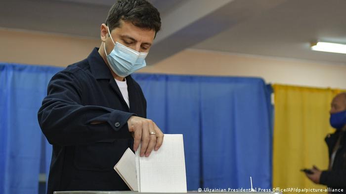 Президент України Володимир Зеленський голосує на дільниці у Києві