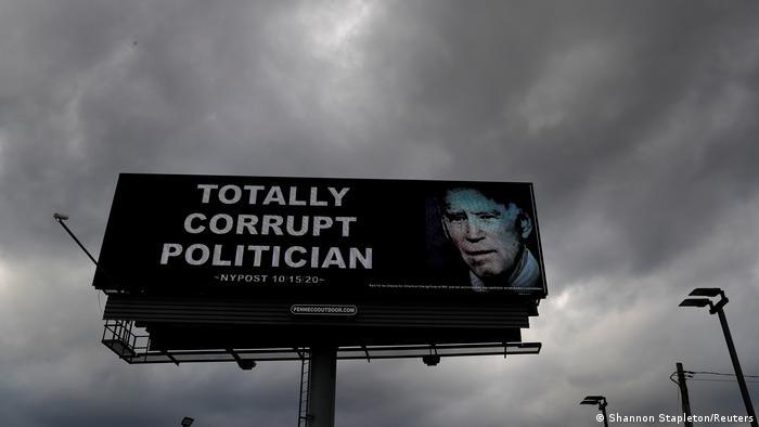 Große Werbetafel mit der Aufschrift Total korrupter Politiker und einem Foto von Joe Biden (Shannon Stapleton/Reuters)