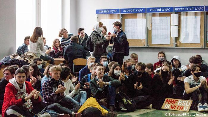Студенты БГУ проводят акцию протеста в здании университета в Минске, 26 октября 2020 года