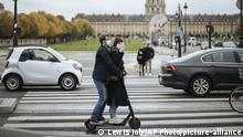 Two people ride a scooter in masks in Paris (Lewis Joly/AP Photo/picture-alliance)
