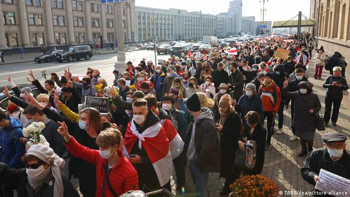 Participants take part in the March of Seniors in central Minsk. October 26, 2020.