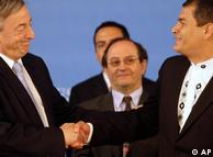el presidente de Ecuador, Rafael Correa, saluda al ex presidente Nestor Kirchner luego de que éste fuera nombrado Secretario General de UNASUR.