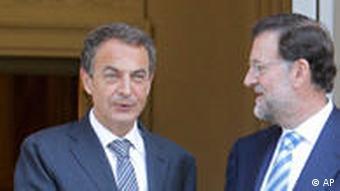 Spaniens Ministerpräsident Zapatero und Oppositionsführer Rajoy geben sich die Hand (Foto: AP)