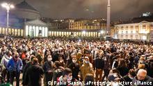 A crowd in Naples protests coronavirus restrictions (Fabio Sasso/LaPresse/dpa/picture alliance)