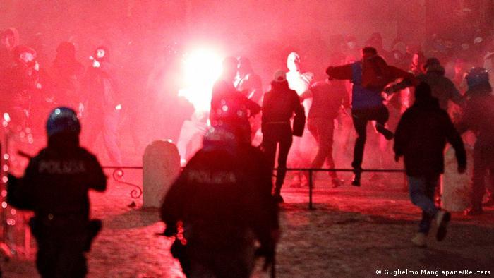 Policiais e manifestantes que protestam contra restrições da pandemia