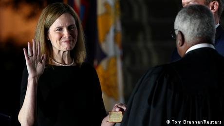 Amy Coney Barrett legt ihren Eid ab (Tom Brenner/Reuters)