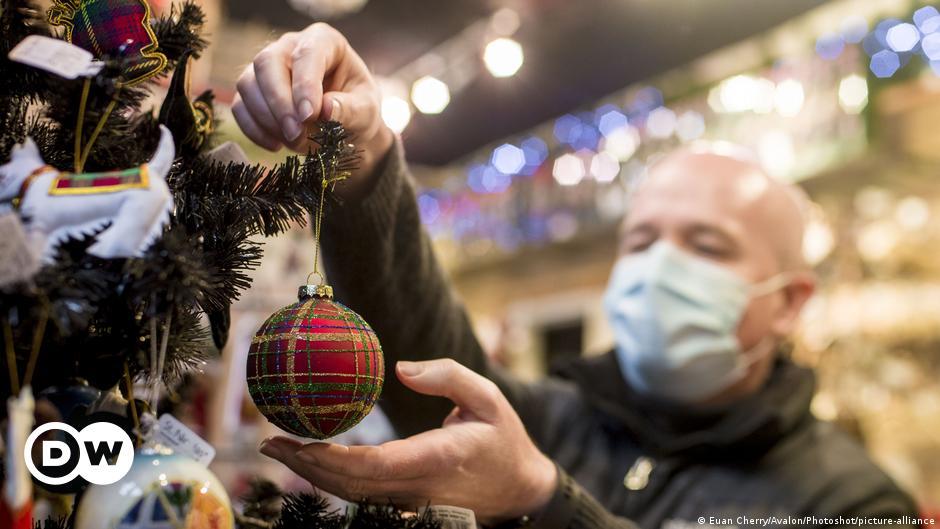 Coronavirus: German families should celebrate Christmas in 'shifts'