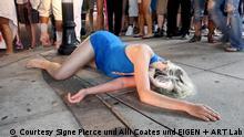 """Signe Pierce und Alli Coates """"AMERICAN REFLEXXX"""", 2015 Ein-Kanal-Video,14:02 min"""