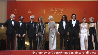 Fotoaufstellung des Teams von Jim Jarmuschs (Dritter v. l.) Film The Dead Don't Die, darunter ganz links Bill Murray und in der Mitte im silbernen Abendkleid Tilda Swinton