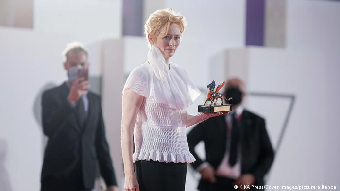 Tilda Swinton holding her award at the Venice Film Festival 2020 (KIKA Press/Cover Images/picture alliance )