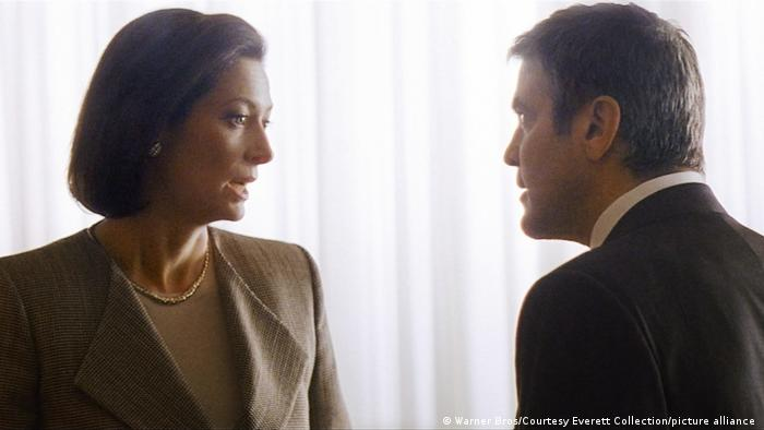 Wearing a short brown bob wig, Swinton speaks to George Clooney in a still from Michael Clayton (Warner Bros/Courtesy Everett Collection/picture alliance)