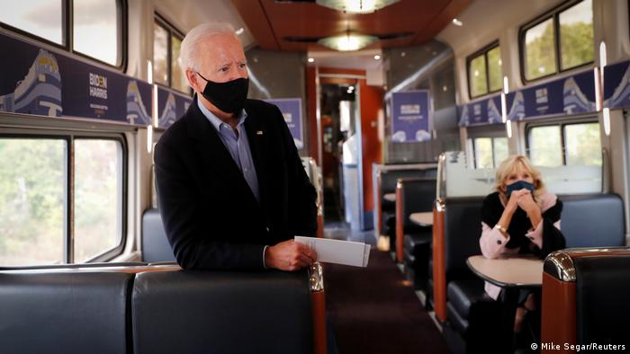 Candidato con mascarilla: Joe Biden, y su esposa Jill, en campaña.