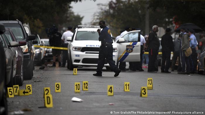 Protestas en Filadelfia en medio de demarcaciones hechas por la Policía tras la muerte de un joven negro. (26.10.2020).
