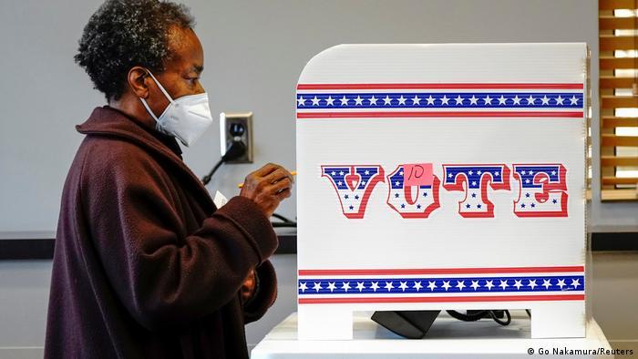 O que dizem as pesquisas a uma semana das eleições nos EUA | Cobertura  especial sobre as eleições nos Estados Unidos | DW | 27.10.2020