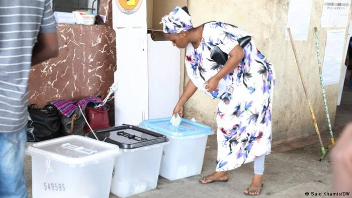 Eine Tansanierin wirft ihre Stimme in auf dem Boden befindliche Wahlurnen (Foto: Said Khamis/DW)