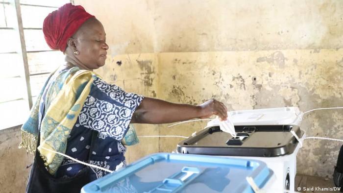 Une tanzanienne accomplissant son devoir civique ce 28 octobre à Dar es Sala