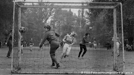 Frauen-Fußball in der DDR bei einem Sportfest in Jena im Jahr 1971 (FSU-Fotozentrum/picture-alliance)