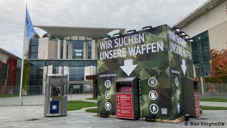 Weapons drop-off point outside the chancellory (Ben Knight/DW)