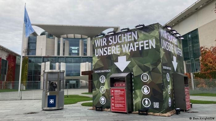 Caixa de coleta diante de prédio da Chancelaria Federal alemã