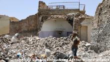 05.07.2018, Irak, Mossul: Ein Mann steht in den Trümmern eines Gebäudes in der zerstörten Stadt Mossul. Ein Jahr nach der Befreiung von der Terrormiliz Islamischer Staat (IS) bleibt die Lage in der stark zerstörten nordirakische Stadt Mossul äußerst angespannt. Noch immer trauen sich Tausende Menschen nicht zurück. Viele Häuser sind noch immer vollständig zerstört, zudem gibt es eine große Gefahr durch nicht explodierte Bomben. Foto: Khalil Dawood/Xinhua/dpa +++ dpa-Bildfunk +++ |