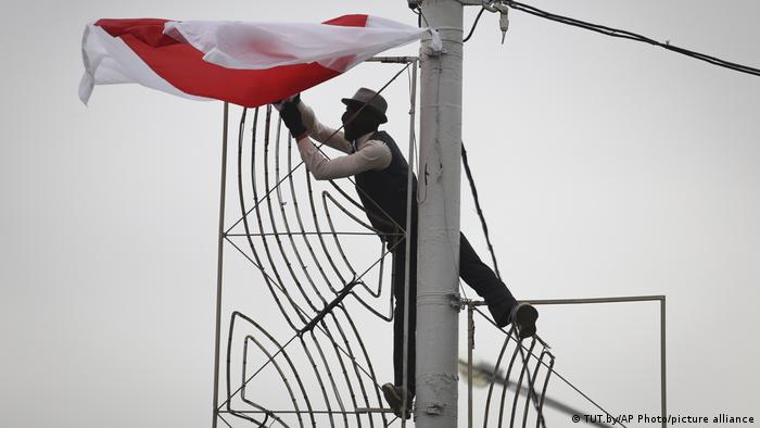 Человек с бело-красно-белым флагом