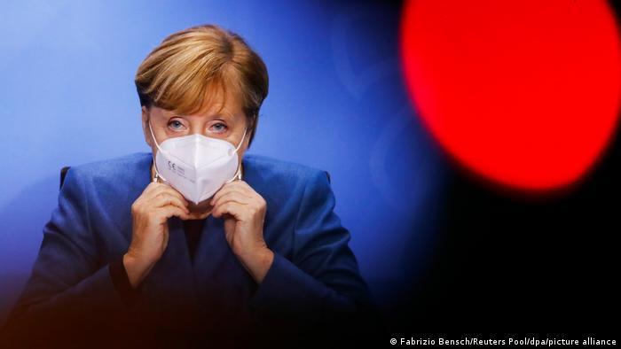 Ангела Меркель в маске