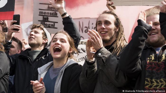 Filmszene aus Und morgen die ganze Welt zeigt protestierende Jugendliche