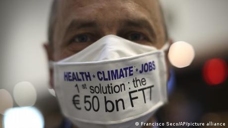 Pierre Larrouturou mit Maske (Francisco Seco/AP/picture alliance)