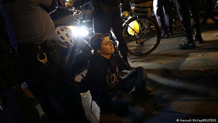 USA I Demonstranten widersetzen sich der Ausgangssperre in Philadelphia