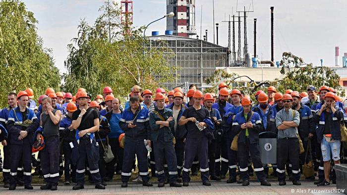 Рабочие у проходной Гродно Азота, конец сентября