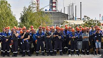 Рабочие Гродно-Азот у входа на предприятие