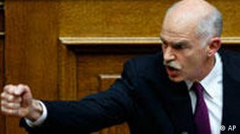 Giorgos Papandreou mit geballter Fast im Parlament (Foto: AP)