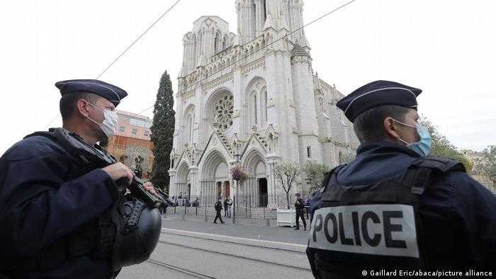 Policiais em frente à Basílica de Notre-Dame, onde ocorreu o atentado que deixou três mortos em Nice
